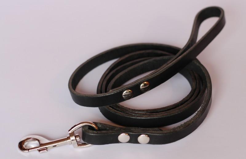 Correa de perro de cuero negra con remaches